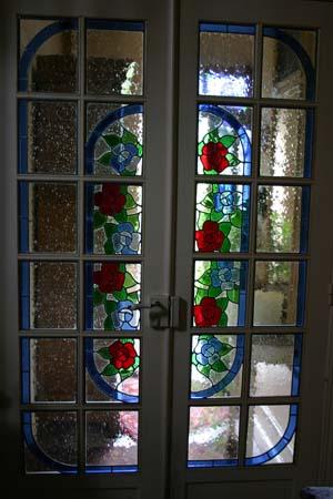 Porte fenêtre intérieure - fleurs bleues et rouges